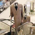 買い物客もびっくり、「頭のない男」が登場