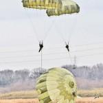 C-130Hから降下する陸自の空挺隊員ら =12日午後、千葉県・習志野演習場