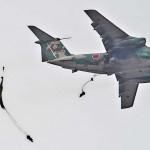 C-1輸送機から降下する陸自の空挺隊員ら =12日午後、千葉県・習志野演習場