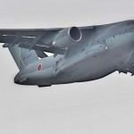 空挺降下の為飛来するC-2輸送機 =12日午後、千葉県・習志野演習場