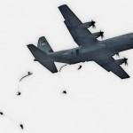 米空軍のC-130Jから降下する米陸軍の空挺隊員ら =12日午後、千葉県・習志野演習場
