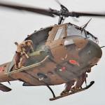 飛来する狙撃班を乗せたUH-1 =12日午後、千葉県・習志野演習場