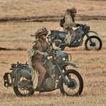 オートバイで侵入する陸自の偵察部隊員 =12日午後、千葉県・習志野演習場