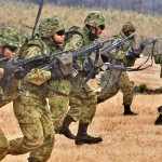 ヘリボーンで降り立ち配置につく陸自隊員たち =12日午後、千葉県・習志野演習場