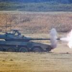 敵主力部隊に応戦する16式機動戦闘車 =12日午後、千葉県・習志野演習場