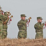 空挺隊員らによるラッパ吹奏が披露された =12日午後、千葉県・習志野演習場