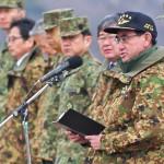訓示を行う河野太郎防衛大臣 =12日午後、千葉県・習志野演習場