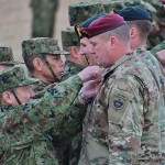 空挺徽章を交換する陸自と米陸軍の空挺隊員 =12日午後、千葉県・習志野演習場