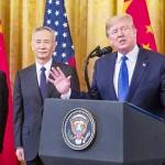 トランプ米大統領(右)と、劉鶴副首相
