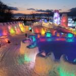 幻想的な光景、約30基の氷像をライトアップ