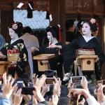 八坂神社で舞妓さんらが福を呼ぶ豆まき