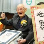 ガッツポーズで喜び、112歳の渡辺智哲さん