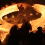 冬の夜を彩る炎の輪、神聖な火で厄をはらう