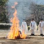 大嘗宮の廃材の一部を焼却する行事を行う