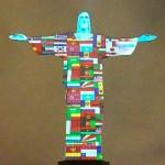 終息を祈って、キリスト像に感染国の旗を投影