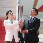 五輪聖火が日本に到着、5色のスモークで歓迎