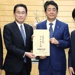 岸田文雄政調会長(左)と安倍晋三首相