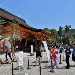 「茅の輪」をくぐる参拝者たち =4日午後、京都市の八坂神社