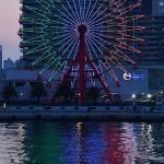 イタリアにエールを込めて国旗色のライトアップがされたモザイク大観覧車 =4日午後、兵庫県神戸市の神戸ハーバーランド