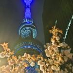 特別ライトアップで「TOGETHER WE CAN ALL WIN!(みんなで打ち勝とう)」と映された =11日午後、東京都墨田区の東京スカイツリー