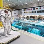 中立浮力研究所で、宇宙遊泳のため水中訓練に臨んだ女性宇宙飛行士候補=2018年7月、テキサス州ジョンソン宇宙センター