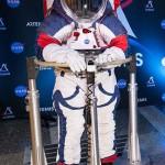 月面に降り立った飛行士が船外活動をするときに着用する宇宙服=昨年10月、NASA本部