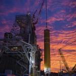 アルテミス計画で用いる次世代ロケット「スペース・ローンチ・システム(SLS)」のコア段が燃焼実験に向け設置される=今年1月、ミシシッピ州のステニス宇宙センター