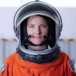 宇宙船内宇宙服を着用する女性宇宙