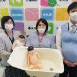 沐浴や妊婦体験を、人形と10キロのベスト貸し出す