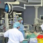 新型コロナ感染者をケアするイタリアの医師と集中治療室(2020年3月19日、イタリアANSA通信)