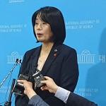 5月29日ソウルで記者の質問に答える韓国の元慰安婦支援団体「日本軍性奴隷制問題解決のための正義記憶連帯」の尹美香前理事長(時事)