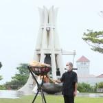沖縄慰霊の日の「前夜祭」で火をともす沖縄平和祈念堂の職員=22日午後、沖縄県糸満市の平和祈念公園