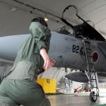 緊急発進(スクランブル)指令を受け、F15戦闘機に駆け寄る空自パイロット(令和元年版防衛白書より)