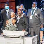 4日、米ミネアポリスでの黒人男性ジョージ・フロイドさんの追悼式で、演説する弟フィロニーズさん(中央)(AFP時事)