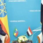 会談するエチオピアのアビー首相(左)とエジプトのシシ大統領(2019年10月24日、ロシア・ソチで、エジプト大統領府提供・時事)