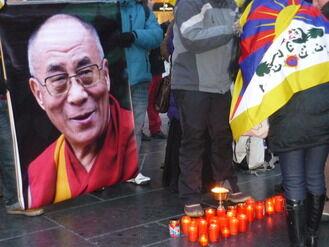 中国共産党政権のチベット人弾圧を訴える亡命チベット人たち(2012年2月8日 ウィーン市内で撮影)