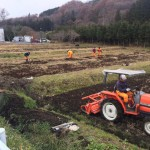 農作業をする塾生たち-はらから蔵王塾から