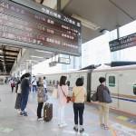 JR東京駅の新幹線ホームで列車を待つ乗客ら=20日午前、東京都千代田区(時事)