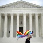 15日、ワシントンの米連邦最高裁前で、LGBT(性的少数者)権利拡大運動の象徴である虹色の旗を掲げる市民(AFP時事)