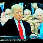 親の代からの聖書の上に手を置き宣誓式に臨むトランプ新大統領(2017年1月20日、CNN放送の中継から)