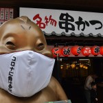 ビリケンさんにもマスクがつけられコロナに負けない意思表示が新世界の各所に見られる =6日午前、大阪市中央区
