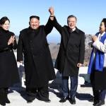 2018年9月南北首脳会談の3日目に北朝鮮の白頭山山頂に登頂した韓国の文在寅大統領夫妻(右側2人)と北朝鮮の金正恩朝鮮労働党委員長夫妻(平壌写真共同取材団提供)