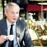 1日、パリのバスチーユ広場のカフェでコーヒーを飲むルメール仏経済・財務相(AFP時事)