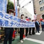 中国による人権弾圧に対し抗議の声を上げるデモ参加者ら=4日午前、東京・元麻布の中国大使館前(加藤玲和撮影)