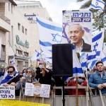5月24日、エルサレム地裁前で集会を開くネタニヤフ首相支持者(UPI)