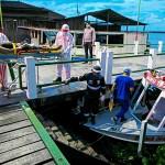 新型コロナウイルス感染とみられる症状の患者を下流のポルテウにある病院まで、これから12時間かけて搬送するブラジルの船の救急車=2日、北部パカハ川河畔(AFP時事)