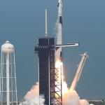30日米南部フロリダ州のケネディ宇宙センターから打ち上げられた有人宇宙船クルードラゴン(AFP時事)