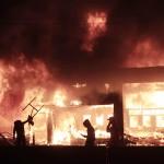 5月29日米ミネソタ州ミネアポリスで、黒人男性死亡事件に抗議するデモが続く中、放火され炎上した事業所(EPA時事)