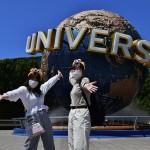 ユニバーサル・グローブ前で笑顔を見せる女性客 =8日午前、大阪此花区のユニバーサルスタジオジャパン