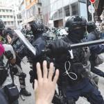 中国政府による国家安全法導入に抗議するデモ隊を排除する香港警察=5月24日、香港(EPA時事)